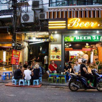 Turister drikker øl på et af Hanois mange Bia hoi - ølsteder