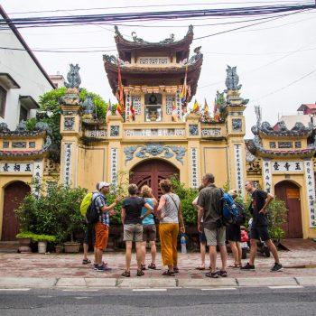 Turister går på sightseeing i Hanoi og ser på tempel
