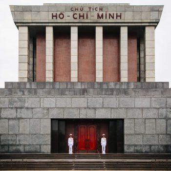 Ho Chi Minh Mausoleum i Hanoi bevogtet af to vietnamesiske vagter