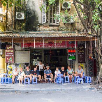 en gruppe turister nyder klassisk vietnamesisk streetfood